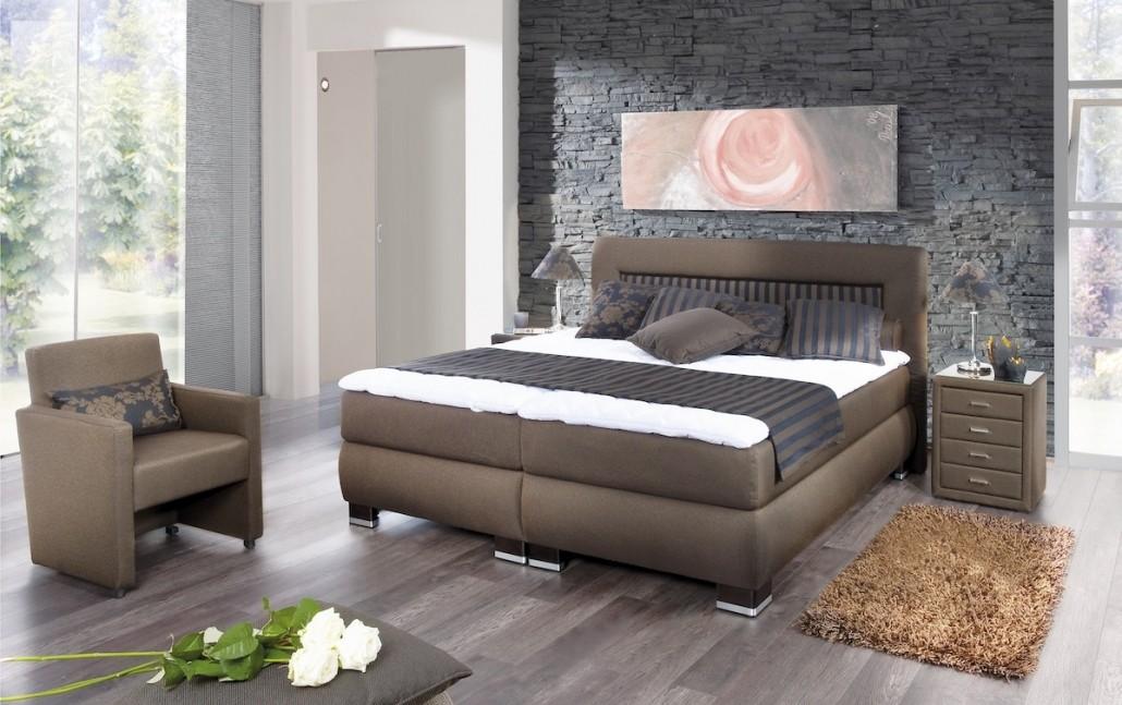 schlafzimmer-moebel-bett-braun-sessel-nachttisch