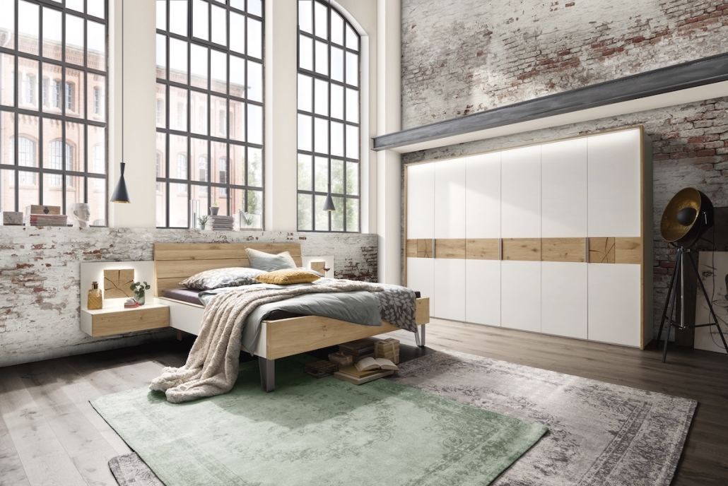 schlafzimmer-moebel-bett-kleiderschrank-hirnholz-nachttisch